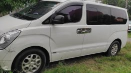 Selling White Hyundai Grand starex in Malabon